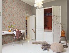 In dichten Dolden ranken diese aquarellhaft gezeichneten Rispen in feurigen Rottönen flächig auf dem warm-beigen Tapetenvlies. Diese wunderschönen Wildblumen erzeugen sofort ein Gefühl von wohnlicher Behaglichkeit und wirken wie ein handgemaltes Gemälde an der Wand. Der textilwirkende Tapetengrund erzeugt zusätzlich einen luxuriösen Look.