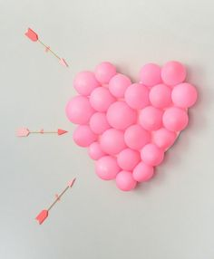 Corazón de globos para San Valentín: manualidades decorativas para San Valentín, un corazón hecho con globos de color rosa.