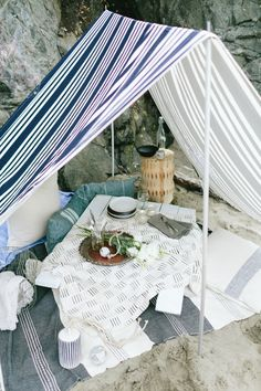 Let's hit the sand and have a fabulous beach picnic! Pack a Picnic Basket with some yummy bites and a bottle of Wine, and grab a Blanket. Beach Tent, Beach Picnic, Summer Picnic, Picnic Set, Picnic Time, Picnic Ideas, Night Picnic, Romantic Picnics, Al Fresco Dining