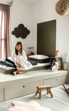 jolie et originale chambre enfant avec lit tiroir pas cher en bois beige, tapis en fourrure rose