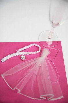 O post de hoje é um tutorial de como fazer aquelas taças personalizadas para casamento. Além delas fazerem sucesso, também fazem toda a diferença na hora do brinde e como recordação nas fotos. Confira: