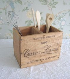 Lovely box for utensil storage - wood vs metal Do It Yourself Furniture, Diy Furniture, Wooden Wine Crates, Crate Crafts, Wine Decor, Utensil Holder, Utensil Storage, Shabby Chic Kitchen, Diy Décoration