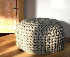 gehäkelter Pouf aus Textilgarn