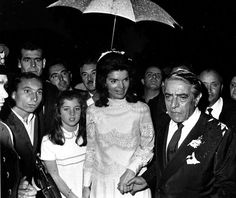 Aristotle Onassis and his new wife, Jacqueline Bouvier Kennedy with her daughter Caroline, walk back to his yacht after their wedding on Skorpios Island, Greece on October Jacqueline Kennedy Onassis, Jackie Kennedy Wedding, Los Kennedy, Caroline Kennedy, Old Fashioned Wedding, Familia Kennedy, Valentino, John Fitzgerald, New Wife