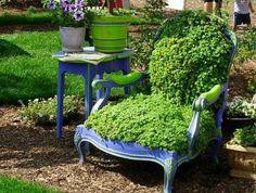 Gepind van a frugal life. Oude stoel bekleed met slaapkamergeluk. Kan ook met mos