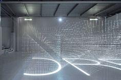 直径0.3mmのピアノ線でつくられたグリッド状の作品に6カ所から映像が投影される(最後の1点以外の撮影=中村竜治設計事務所)