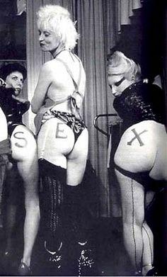 vivienne westwood punk. Quáng cáo đồ của Vivienne mang tính chất nổi loạn. khiêu dâm. Nhưng tại thời điểm đó rất được ưu chuộng. Vì thời kì này nổi lên phong trào anti social, rất nhiều người yêu thích phong cách punk rock