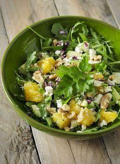 Sinaasappelsalade, zo lekker, zo verfrissend en super voedzaam! Met avocado, walnoten, rode ui, feta en rucola, smullen! I Love Food, Good Food, Healthy Drinks, Healthy Eating, Healthy Food, Real Food Recipes, Healthy Recipes, Vegetarian Recipes, Superfood Salad