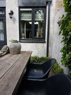 Huize Vizzini Tuin Outdoor Entertaining, Outdoor Spaces, Indoor Outdoor, Outdoor Living, Garden Yard Ideas, Love Garden, Black Garden, Beautiful Villas, Garden Furniture