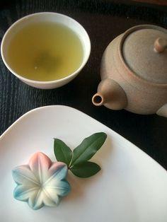 A simplistic and beautiful setting. Japanese green tea and wagashi sweets Japanese Candy, Japanese Sweets, Japanese Food, Traditional Japanese, Japanese Culture, Japanese Wagashi, Japanese Tea Ceremony, Tea Art, Matcha Green Tea