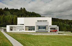 Entdeckt mit uns ein Haus, das auf einem Hügel mitten im Grünen erbaut wurde. Beeindruckend ist jedoch nicht nur die Umgebung des Hauses, sondern vor allem der Innenraum des Hauses. Denn was auf den ersten Blick so schlicht aussieht, lässt einen erstaunen, wenn man einen Blick hinter die Fassade wirft. Verantwortlich für das einzigartige Design des Hauses war der Architekt Maciej Janeczek. Wie es ihm gelungen ist, höchste Designansprüche und den bestmöglichen Komfort für die Bewohner…