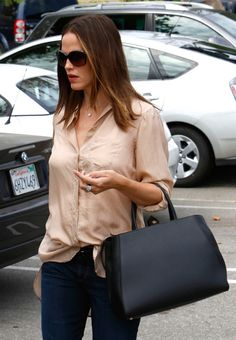 The Many Bags of Jennifer Garner - Casual but still gorgeous.  Carrying a Fendi 2Jours tote.