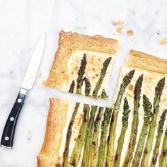 Oven recept aspergetaart bladerdeeg. Dit is een ontzettend lekker en snelle plaattaart met oa groene asperges, ricotta en bladerdeeg. Heerlijk fris en...... Flatbread Pizza, Frittata, A Food, Ricotta, Vegetables, Oa, Tableware, Recipes, Mozzarella
