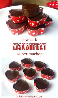 Eiskonfekt low carb  Ein kühler und zart schmelzender Traum aus Schokolade, Kokos und Vanille… der sollte in keinem Kühlschrank fehlen. Meine Lust auf Süßes oder Schokolade stille ich bei Bedarf mit nur einem Stückchen. Es ist ganz einfach selbstgemacht und hält sich gekühlt mehrere Wochen. #lowcarb #abnehmen #Eiskonfekt #selber #machen #Rezept #Foodblog #LCHF #Schokolade