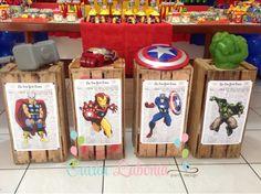 Caixotes com jornais New York Times com cada personagem e seus símbolos de força!