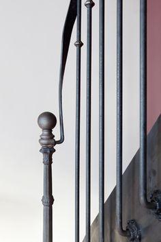 Photo DT99 - ESCA'DROIT® 1/4 Tournant Bas. Escalier intérieur balancé métal et bois style 'bistrot' pour une décoration classique. Rampe 'bistrot' à l'ancienne avec main courante moulurée, barreaudage en fer rond fixé à l'anglaise contre le limon, y compris un astragale et une rosace par barreau. Finition : acier brut patiné pour une finition naturelle et mise en valeur du cachet de la matière première. - Modèle déposé - © Photo : Nicolas GRANDMAISON