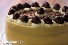 Desserten til familiens julefrokost i går :-) Skøn kage med masser af lækkerhed, hvis man –som mig –elsker skildpadderne fra Toms. Det er en kage, der er lavet lidt i etaper. Bundene …