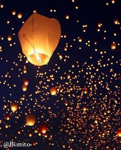 Experience a sky full of floating lanterns. Floating Lanterns, Sky Lanterns, Flying Paper Lanterns, Floating Lights, Mundo Hippie, Lantern Festival, Midsummer Nights Dream, Jolie Photo, Biodegradable Products