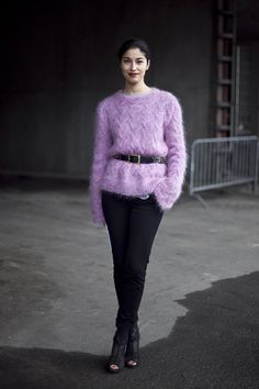 Caroline Issa street style : How to wear oversized sweater and slim seperates.