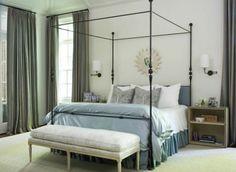 lit à baldaquin avec coussins et couverture pour la chambre à coucher