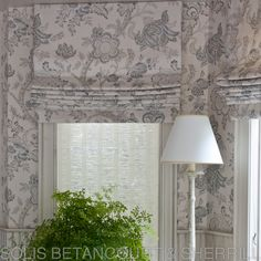 For this breakfast room, Solis Betancourt & Sherrill used the same printed linen fabric for both the roman shades and the wall covering. #windowtreatment #romanshade