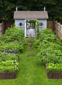 üppiger Landhausgarten und Gartenhaus zentral platziert