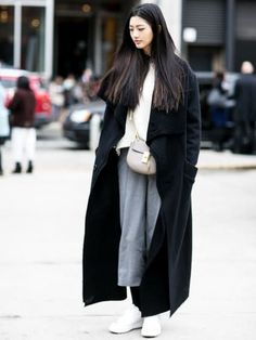 Street Style at New York Fashion Week, February 2016 Street Style Trends, Street Style 2016, Street Style Looks, Estilo Fashion, Fashion Mode, Look Fashion, Korean Fashion, Fashion Trends, Schwarzer Mantel Outfit