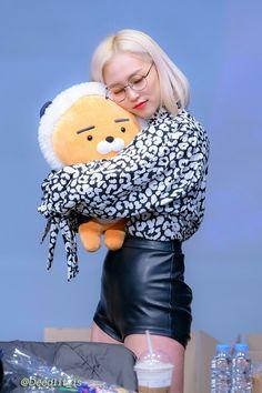 Jang Yeeun, Fandom, Cube Entertainment, Kpop Girls, Girl Crushes, Girl Group, Leather Skirt, People, Outfits
