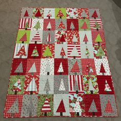 Since she never posts. here is 's Christmas quilt Christmas Quilting Projects, Christmas Patchwork, Christmas Quilt Patterns, Christmas Sewing, Christmas Crafts, Modern Christmas, Xmas, Rag Quilt, Scrappy Quilts