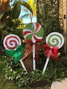 Christmas Lollipops yard decorations – The Best DIY Outdoor Christmas Decor Grinch Decorations, Outside Christmas Decorations, Decorating With Christmas Lights, Lollipop Decorations, Christmas Outdoor Lights, Outdoor Christmas Presents, Light Decorations, Holiday Decor, Christmas Wood