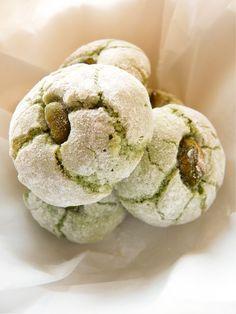 Amaretti pistache for Ema's birthday Italian Biscuits, Italian Cookies, Italian Desserts, Italian Recipes, New Recipes, Sweet Recipes, Cookie Recipes, Dessert Recipes, Favorite Recipes