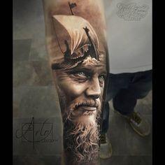 Realistisches Tattoo eines Wikingers und einem Wikinger-Drachenboot auf dem Unterarm....
