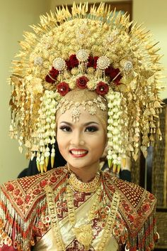 Pretty lady in traditional Indonesian costume. The Suntiang - a decadent golden headdress of Minang tribe in West Sumatra is usually worn at wedding reception and other important events. Vietnam Costume, Indonesian Wedding, Javanese Wedding, Minangkabau, Wedding Headdress, Golden Flower, Pink Prom Dresses, Wedding Dresses, Circlet