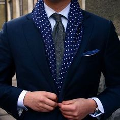 #mensstyle ! Loving this #polkadot scarf . It looks so nice with a suit . Follow instagram.com/marcospaulo.andrade ______________________ #modamasculina . Adorei esse cachecol de bolinha com o terno. ☺️