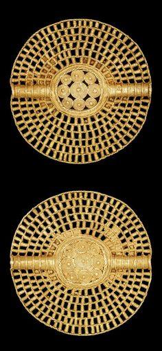 Africa | Lost wax casting in gold of a bi-facial open-work disc pendant (akrafokonmu). | Asante people. Ghana | ca. 1817 or earlier || {2.2}