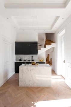 Kitchen Interior Design Italian Kitchen - From Milan to Rome, we've rounded up 15 insanely chic Italian homes (that also happen to be available to rent on Onefinestay). Italian Interior Design, Interior Design Minimalist, Modern Kitchen Design, Minimalist Home, Interior Design Kitchen, Interior Decorating, Kitchen Decor, Kitchen Ideas, Decorating Ideas