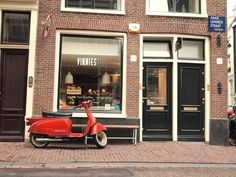 Haarlemmerstraat & Dijk, my hood. I'm sooo happy to be surrounded with the most beautiful shops and cafe's in town. Lunch Places, Food Places, Places To Eat, Bistro Restaurant, Cafe Bistro, Amsterdam Shopping, Amsterdam Travel, Lunch Room, Great Restaurants