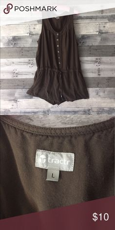 TRACTR Shorts jumpsuit romper In this little Safari green romper you will make any hot summer day stylish! With movable linen material and cute little ties around the waist it mixes comfort perfectly with style! Tractr Pants Jumpsuits & Rompers
