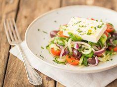 Griechisch angehauchter Gurkenpasta-Salat mit Feta