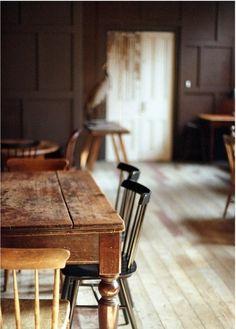 Magnifiques chaises sur veille table en bois