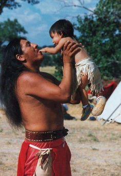 White Wolf : Fatherhood Is Sacred: Heartwarming Pictures of Indigenous Fathers With Their Children Native American Children, Native American Wisdom, Native American Beauty, Native American Photos, American Indian Art, Native American Tribes, Native American History, American Indians, Dakota Do Sul