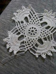 Captivating Crochet a Bodycon Dress Top Ideas. Dazzling Crochet a Bodycon Dress Top Ideas. Crochet Square Patterns, Crochet Motifs, Crochet Art, Doily Patterns, Crochet Squares, Vintage Crochet, Crochet Designs, Crochet Doilies, Crochet Flowers