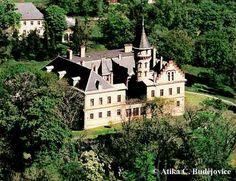 Státní zámek Raduň Středověká tvrz byla v průběhu 16. století za Tvorkovských z Kravař přestavována na renesanční zámek. Časem zchátralý objekt byl na popud Jana Larisch-Mönnicha v letech 1816-1822 celkově upravován; projekt empírové adaptace vypracoval Johann Anton Englisch. V období 1832-1947 drželi panství Blücherové z Wahlstattu, kteří postupně přistavěli úřednický dům, oranžérii, ovčín a patrovou hradební zeď.