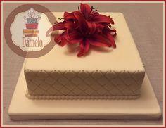 Torta cuadrada, forrada con masa fondant, decorada con flores naturales. #shower, #matrimonio, #compromiso, #aniversario