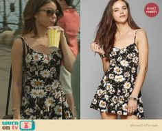 Haley's daisy print dress on Modern Family.  Outfit Details: http://wornontv.net/31238/ #ModernFamily