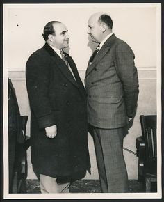 Al Capone facing the assistant state attorney Frank Mast. Real Gangster, Mafia Gangster, Gangster Style, Frank Nitti, Chicago Outfit, The Valiant, Al Capone, Chicago Pd, Gentleman Style