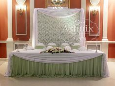 Элегантное кружева в украшении свадебного зала. Свадебное оформление стола и фона тканями и цветами в банкетном зале Праздник. Нежная в  зеленом цвете свадьба