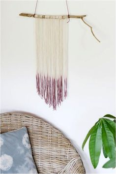 Add a touch of earthy elegance to your home with this DIY dip dyed wall hanging. Easy tutorial by Everything Golden. Diy Arts And Crafts, Diy Crafts, Wood Crafts, Diy Deco Rangement, Macrame Wall Hanging Diy, Ideias Diy, Batik, My New Room, Dip Dyed