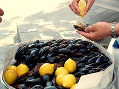 Midye Dolma - фаршированные мидии, Топ 10 Уличной еды в Стамбуле.