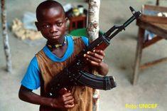 Kind mit Waffe (Sierra Leone) - Trotz der weltweiten Kritik werden Kinder von bewaffneten Rebellen und regulären Armee-Einheiten gezwungen, als Soldaten an Kämpfen teilzunehmen.  --  In many places in the world big and little children are taught to hate and kill. These are crimes against humanity.  http://pantheon.hrw.org/legacy/wr2k2/childsoldiers.html